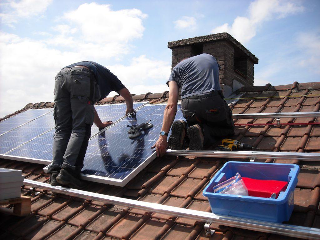 לוחות סולאריים על גג פרטי לכסות את חשבון החשמל וגם להרוויח-