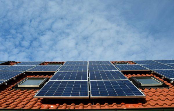לוחות סולאריים על גג פרטי: לכסות את חשבון החשמל וגם להרוויח!